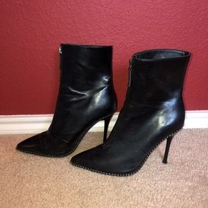 Black heel pointy boots with studs
